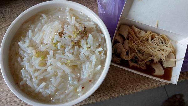 【板橋美食】民權米粉湯-隱藏在巷弄裡的超大份量15元米粉湯