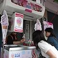太熱了我忍不住先買了一個冰淇淋