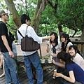 大家在公園吃豆乾