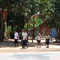 碰到放學的柬埔寨小朋友