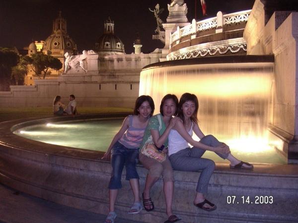 36晚上的噴泉很美耶.jpg