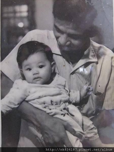爸爸抱著我~3-5個月吧