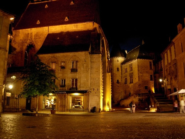 Sarlat-medieval-city-by-night-17