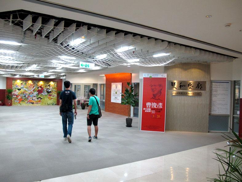 2011.8.12曹俊彥-中英圖書館回顧展 (2).JPG
