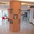 二樓有趣的設計圖書擺放柱子.JPG