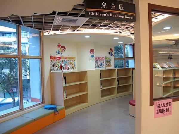 二樓的童書區.JPG