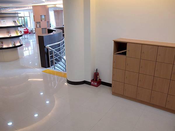 二樓的童書區 (1).JPG