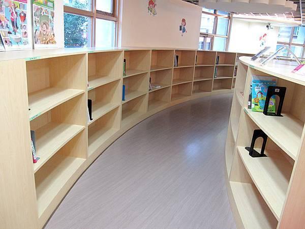 二樓的童書區 (4).JPG