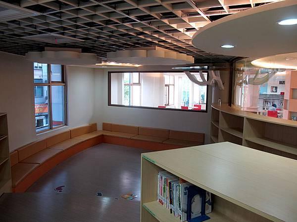 二樓的童書區 (8).JPG