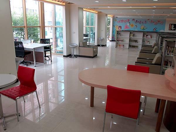 二樓閱讀區.JPG