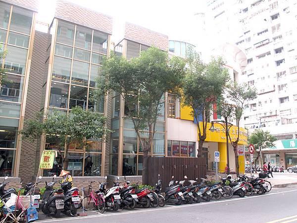 側邊很漂亮的建築設計.JPG