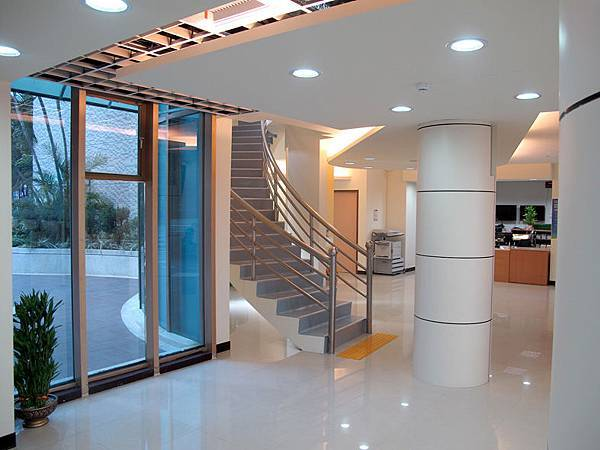 一樓和二樓的樓梯間.JPG