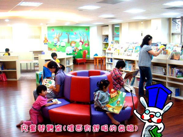 閱覽室內的舒服桌椅.jpg