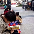 小孩馬上在旁邊看起書.JPG