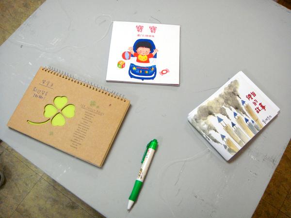 展場內的留言畫冊和作品.JPG