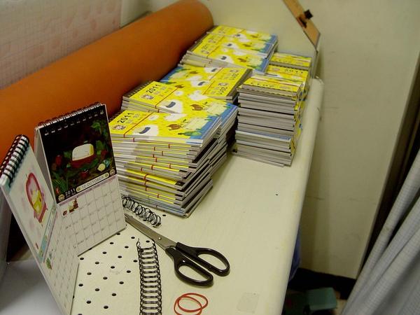 三角桌曆製作過程(紙張月曆準備好).JPG