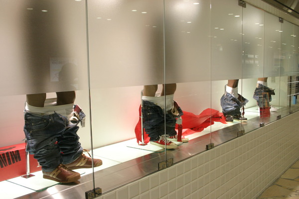台場AQUA CITY的某間牛仔褲店 要不是人太多了不然真想從下面偷看 XD