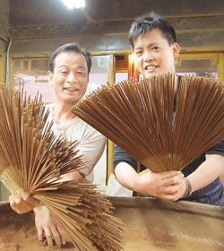 ▲中視《台灣保庇》主持人謝哲青(右)跟著師傅學習製香。.jpg