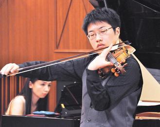 小提琴家郭立功(右)從小罹患氣喘,從此寄情音樂。今年學成歸國,昨、今兩天在台南市舉辦音樂會,向今年過世的老師法國小提琴家Devy Erlih致敬。 記者莊宗勳/攝影