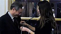 法國文化部長菲里佩提(Aurelie Filippetti)27日在文化部大廳頒授文化藝術騎士勳章給台灣導演李安。