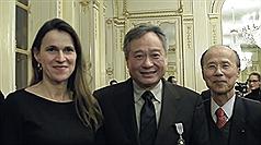 法國文化部長菲里佩提(Aurelie Filippetti)(左)27日晚間頒授文化藝術騎士勳章給台灣導演李安(中)後,與中華民國駐法代表呂慶龍(右)合影。