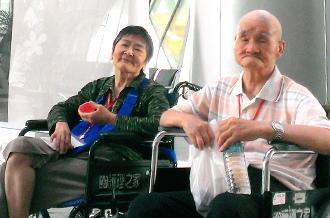 王爺爺(右)和王奶奶雖然已經失智,但仍惦記著對方,分秒不離。圖/家屬提供.jpg