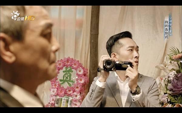 公視學生劇展《我的告別式》02兒子看著張老闆的遺像.jpg