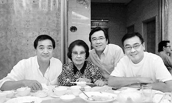 圖四:三兄弟與母親.png