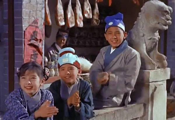 圖五:童星時期的秦沛(當時藝名為嚴昌)、姜大衛(藝名嚴偉)和妹妹嚴慧經典的演出之一,在國語片《江山美人》(1959)飾演唱歌嘲笑女主角林黛的小童.jpg