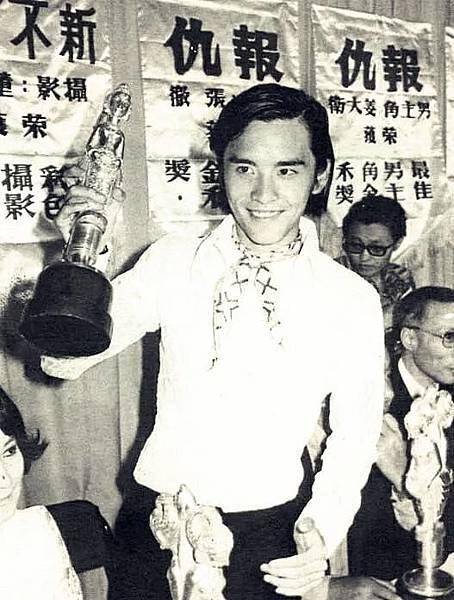 圖五:姜大衛榮獲亞洲影帝開心的舉起獎盃.jpg