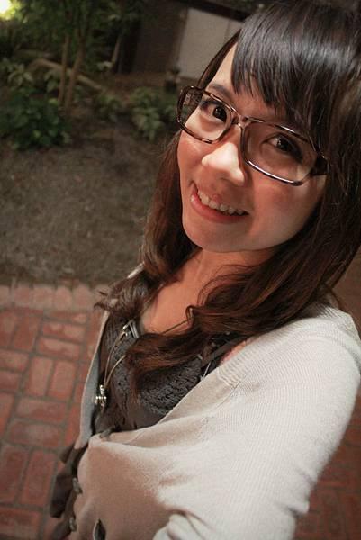 20110421 最近愛上沒有鏡片的豹紋眼鏡,哈