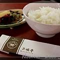 首先送上香噴噴的白米飯與醬菜