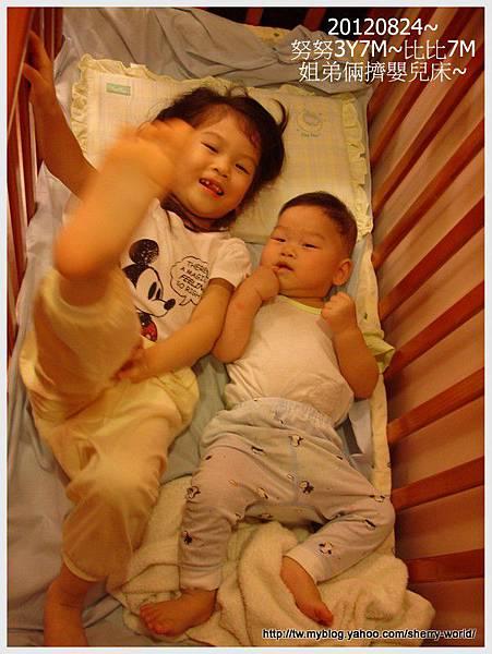 03-1010824姐弟倆睡嬰兒床2