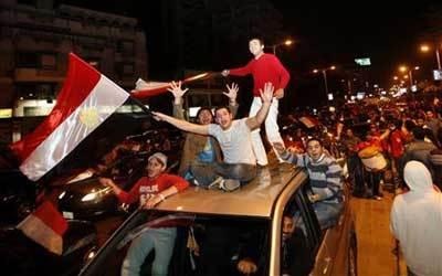 他說是他們足球贏了的狂歡之夜;整條街都是crazy people