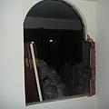 窗戶也破個大洞~~