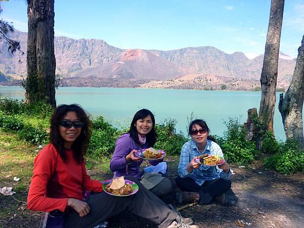 湖邊的午餐時光