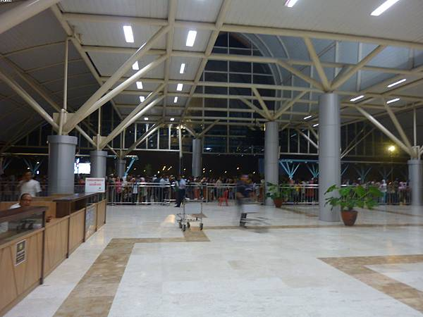 02_龍目島機場滿滿都是當地人在閑晃.....