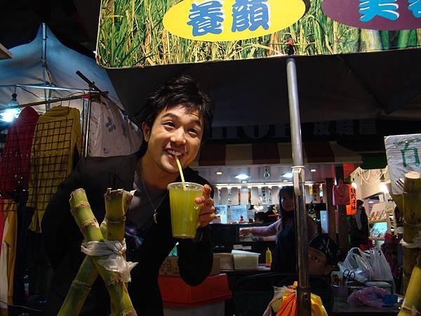 客串賣甘蔗汁的老闆.JPG