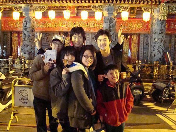 辛苦跟來的影迷 一起在媽祖廟拍照.JPG