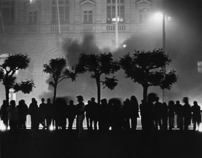 Rioters_outside_San_Francisco_City_Hall_May_21_1979.jpg