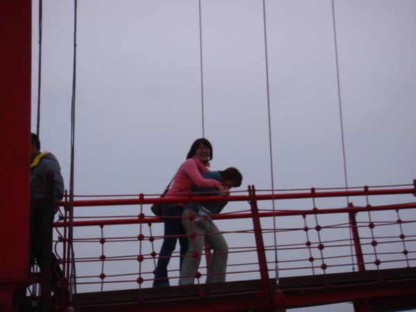 三芝吊橋‧這2個女的不知道在幹嘛=.=