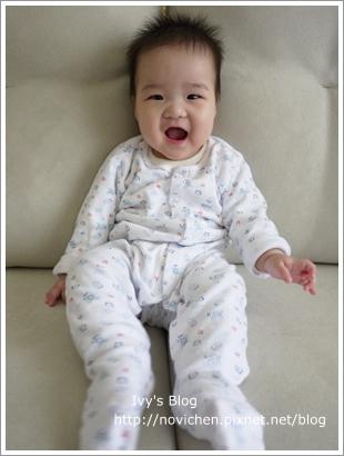 20111208[安6M25D] 安安沙發上笑開懷_3.JPG