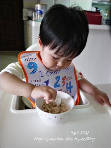 20121123 [宇4Y4M1W&安1Y6M2W] 安安自己吃麥片_1