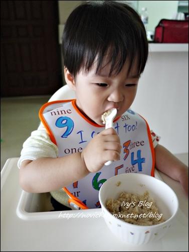 20121123 [宇4Y4M1W&安1Y6M2W] 安安自己吃麥片_2