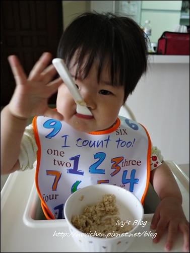 20121123 [宇4Y4M1W&安1Y6M2W] 安安自己吃麥片_4