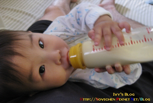 [10M2W] 0530 自己喝奶.JPG