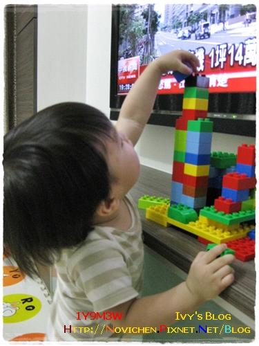 [1Y9M3W] 樂高積木疊高高.JPG