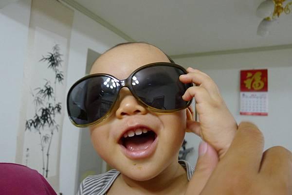 戴墨鏡很帥氣唷~~