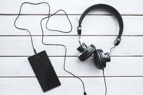 black-headphones-with-mobile-smartphone-6320.jpg
