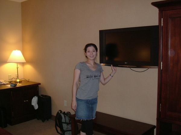 開了兩個半小時的車, 來到了喜來登飯店, 跟新開旅館的液晶電視合照一張